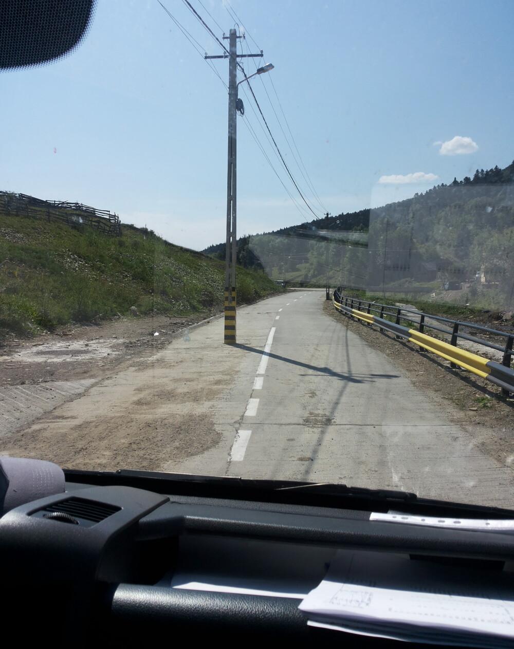 Stâlp în mijlocul drumului, la Suceviţa