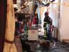 pompier in ruinele magazinului