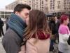 tineri sarutandu-se