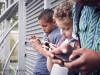 copii care butoneaza la telefoane