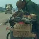 Dumnezeu mi l-a adus in cale! A vazut un barbat al strazii pe o bicicleta langa drum. Ce cara batranul in spate este incredibil - 5