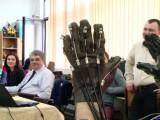 Un profesor din Iasi a creat prima mana robotica pentru persoanele paralizate. Ce s-a intamplat cu cei care au testat-o