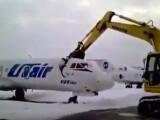 avion distrus cu excavatorul