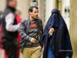 femeie cu val islamic niqab in Praga