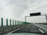 ploaie pe parbrizul unui autoturism care se deplasesaza pe autostrada