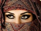 femeie araba, cu val