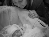 O mama a postat o poza cu bebelusul ei, dar a fost raportata ca fiind `jignitoare`. Adevarul tragic pe care il ascunde poza