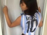 Ultima solutie pentru a-l convinge pe Messi sa revina :) Miss BumBum il roaga pe argentinian sa continue la nationala. Cum arata aceasta