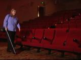 """O aplicatie pentru telefon ii ajuta pe nevazatori sa """"vizioneze"""" filme. Movie Reading descrie scenele de pe ecran"""