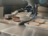Prima zi de munca a unui robot care intoarce burgerii pe grill. A inlocuit mai multi angajati la un restaurant din SUA