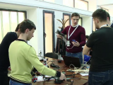 Aplicatia care traduce limbajul surdo-mut, la un targ de inventii din Iasi. Tinerii pot obtine pana la 30.000 euro finantare
