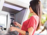 femeie la ATM