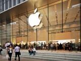 Apple are in conturi mai multi bani decat intreg sistemul bancar romanesc. Actiunile companiei sunt la maximul istoric