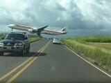 Momentul in care un avion se apropie periculos de mult de o autostrada, la aterizare. Imaginile surprinse de martori: VIDEO