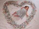 Motivul pentru care o mamica si-a fotografiat bebelusul inconjurat de sute de seringi. Imaginea a emotionat mii de oameni