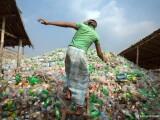 Cum arata viata intr-unul din cele mai poluate orase de pe glob. Oamenii traverseaza munti de gunoaie ca sa ajunga la munca