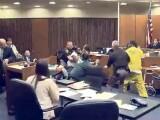 Un tata l-a luat la bataie pe ucigasul fiicei sale chiar in sala de judecata. Ce a facut criminalul. VIDEO