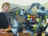 La doar 9 ani, un pusti din Missouri a construit un robot care sa rezolve cubul Rubik. Ce componente a folosit