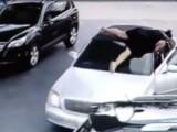 Imagini incredibile intr-o benzinarie! Un barbat i-a furat geanta, asa ca aceasta femeie a facut asta! Cum s-a terminat totul