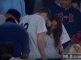 Si-a cerut iubita in casatorie pe stadion, dar i-a scapat inelul! Reactia iubitei cand toate camerele erau pe ei