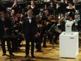 Andrea Bocelli a fost dirijat de un robot în timpul unui concert