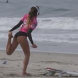 Momente geniale pe plaja! Si-a lasat placa de surf si a inceput incalzirea! Ce a urmat cateva clipe mai tarziu e demential