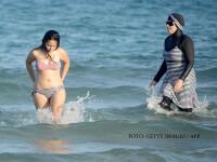femei in burkini si femeie in costum de baie