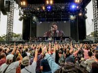 Un adolescent din Australia, invitat sa urce pe scena si sa cante cu Bruce Springsteen, dupa ce a chiulit de la scoala