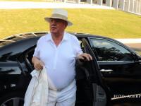 Dumitru Dragomir imbracat in alb, coboara din masina FOTO AGERPRES