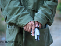 barbat cu pistol in mana