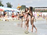 tinere care isi fac un selfie pe plaja