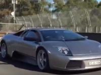 Cand iti iei Lamborghini, dar nu-ti mai raman bani si pentru duba de carat animalele :)) Un sofer si-a pus remorca la bolidul de 300.000 $