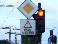 semafor si semn de handicapati