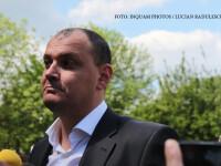 Sebastian Ghita sta de vorba cu jurnalistii in fata sediului DNA Ploiesti, joi, 21 aprilie 2016