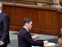 Senatorul Dan Sova voteaza in plenul Senatului asupra cererii de incuviintare a retinerii si arestarii sale, in spate Calin Popescu Tariceanu