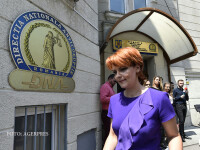 Primarul Craiovei, Lia Olguta Vasilescu, paraseste sediul Directiei Nationale Anticoruptie (DNA), unde a fost citata de procurori in dosarul in care este anchetata.