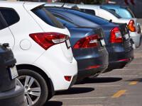 masini in parcare - Shutterstock