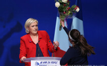 Marine Le Pen atacata cu flori de o militanta Femen