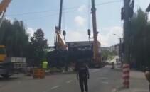 Accident spectaculos la Targu Mures. Un autocamion de 20 de tone a ajuns in parau dupa ce podul pe care era parcat a cedat