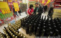 cuplu la cumparaturi bautura in hypermarket