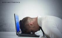 laptop eroare barbat care se da cu capul de tastatura