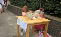 fetit care vinde limonada la taraba