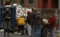 oameni cauta mancare in gunoi, New York