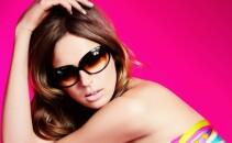 femeie cu ochelari de soare