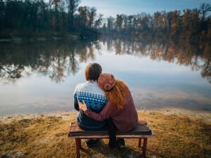 cuplu pe banca - Shutterstock