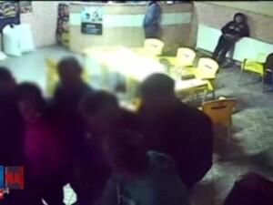 Tineri filmati in timp ce spargeau un aparat de pacanele, in Prahova. Cati bani au furat