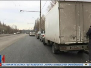 Un rus deseneaza pe masinile care sunt pline de praf, folosind o perie sau mana. Cat de bine ii ies picturile