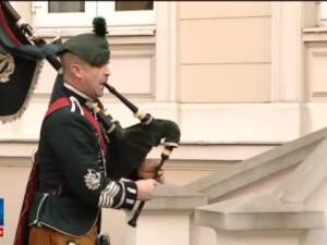 Celebrii cimpoieri si tobosari din Regimentul Regal Irlandez au facut o demonstratie si vineri. A fost o onoare pentru noi