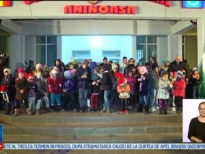 Spectacol de luminite pe strazile din Targoviste. La Aninoasa, Mos Nicolae si-a facut aparitia printre copii