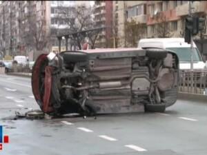 Trei masini s-au ciocnit intr-o intersectie aglomerata de pe Stefan cel Mare. Doua femei au ajuns la spital